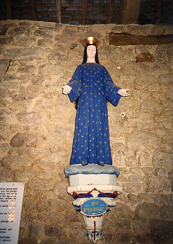Closeup view of the statue in the barn at Pontmain
