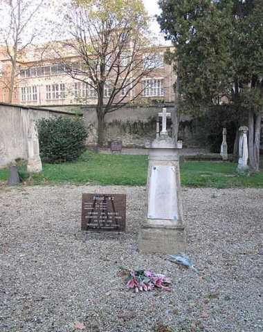 A plaque denotes the location of pit #2 containing the bodies of the victims at Picpus Cemetery in Paris